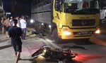 Xe máy tông ôtô dừng bên đường, 3 người thương vong