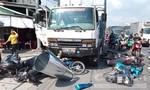 Xe tải nghi mất thắng tông nhiều xe máy dừng đèn đỏ, 8 người bị thương