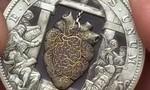 Clip cận cảnh quy trình lắp ráp đồng xu có nhịp đập trái tim