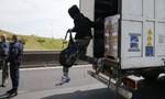 Nhóm người di cư có cả trẻ em được giải thoát khỏi xe đông lạnh