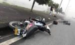 """Chạy xe máy """"xé gió"""", hai thanh niên tự ngã thương vong"""