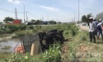 Xe tải tông xe 7 chỗ rồi lật nhào xuống mương ở Sài Gòn
