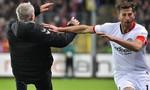 Clip cận cảnh cầu thủ húc ngã HLV đối phương ở Bundesliga