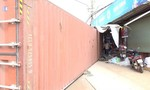 Container rơi xuống đường đè xe máy, 2 vợ chồng tử vong