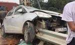 Tài xế thoát chết khi ô tô bị thanh hộ lan đường đâm xuyên