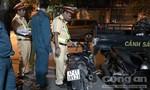 Xe máy kẹp 3 tông gãy đôi cây xanh ở Sài Gòn, 3 người thương vong