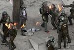 Nữ cảnh sát cháy như ngọn đuốc vì trúng bom xăng