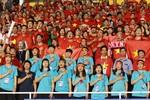 Các cầu thủ bóng đá nữ đến sân cổ vũ U22 Việt Nam