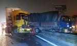 """Xe đầu kéo """"dồn toa"""" xe tải trên cao tốc, người dân cạy cửa cứu tài xế"""
