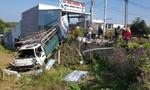 Ô tô tải tông cửa hàng áo cưới, lao xuống vườn