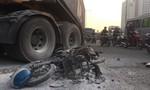 Xe máy va chạm container bốc cháy trơ khung, một người nguy kịch