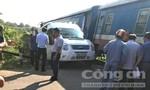 Băng qua đường ray khi đã hạ gác chắn, xe 16 chỗ bị tàu hỏa húc văng