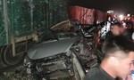 Xe tải mắc kẹt trên đường ray tàu hỏa, tài xế và phụ xe chết thảm