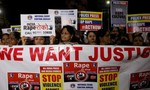 Phẫn nộ khi nạn nhân hiếp dâm bị thiêu sống trên đường đến tòa