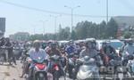 Người dân đội nắng nung người trở lại TP.HCM sau kỳ nghỉ Tết
