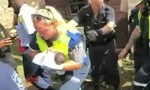 """""""Vật lộn"""" hơn 3 giờ đồng hồ để cứu bé sơ sinh kẹt trong ống cống"""