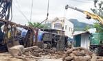 Xe khách lao từ đường vào tông sập nhà dân, 37 người nhập viện