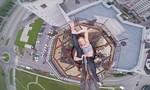 Khán giả 'thót tim' khi nữ vũ công biểu diễn trên nóc tòa nhà 16 tầng