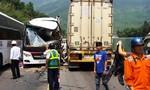 Xe khách tông xe container, ít nhất 13 người bị thương