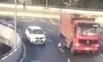 Clip hai mẹ con thoát chết trong gang tấc khi rơi khỏi xe trên cao tốc