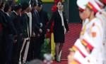 Em gái ông Kim - bà Kim Yo Yong bước xuống đầu tiên tại ga Đồng Đăng