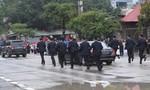 Các nhân viên an ninh Triều Tiên chạy theo xe chở ông Kim Jong Un