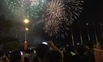 Hàng chục ngàn người reo vang khi pháo hoa được bắn lên ở Sài Gòn