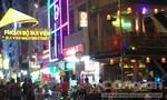 Du khách đàn hát đón năm mới vui nhộn tại phố Tây ở Sài Gòn