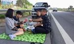 """Vụ """"mở tiệc"""" trên cao tốc: Tài xế bị tước giấy phép lái xe 2 tháng"""