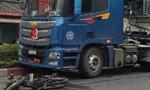 Xe container lao qua giải phân cách, cán 2 xe máy, 1 người tử vong