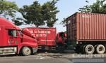 Xe tải biến dạng giữa hai xe container, hai người bị thương