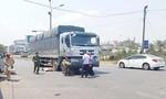 Xe tải cuốn xe máy vào gầm, hai cha con tử vong thương tâm