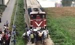 Tàu hỏa kéo lê ô tô 200 mét, 2 người chết, 3 người bị thương