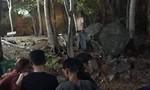 Thanh niên tử vong trong rừng, bên cạnh hòn đá có viết chữ