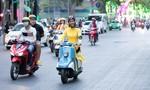 Hoa hậu H'Hen Niê mặc áo dài, chạy xe máy trên đường