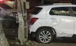 Người phụ nữ lái xe bán tải tông xe 4 chỗ văng vào cột điện