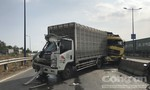 Tai nạn liên hoàn trên cầu vượt Mỹ Thuỷ, 2 xe tải nát đầu