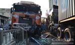 Hai xe container đấu đầu, chắn ngang đường ở trung tâm Sài Gòn