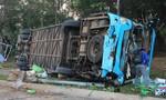 Xe tải tông xe khách lật nhào, hàng chục người kêu cứu