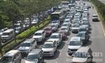 """Bốn ô tô tông nhau, hàng ngàn xe cộ """"chôn chân"""" ở Sài Gòn"""