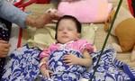 Xót lòng bé gái 2 tuổi con nhà nghèo bị mẹ nuôi đánh gãy chân