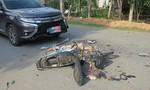 Xe máy bị ô tô tông nát bét, 1 người nguy kịch