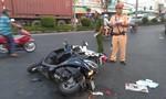 Xe bồn chở nhựa đường tông 2 xe máy, một phụ nữ bị cán nát chân