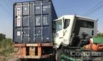 Người dân cạy cửa cứu tài xế container trong cabin biến dạng