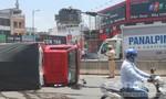 Người dân giúp tài xế thu gom nước ngọt sau khi xe tải lật