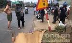 Xe máy tông cột biển báo giao thông, 2 người thương vong