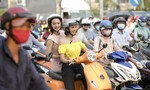 Ngọc Diễm chở Jennifer Phạm dạo phố bằng xe máy