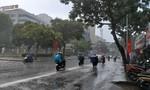"""""""Mưa vàng"""" giải nhiệt cái nắng gần 40 độ C ở Sài Gòn"""