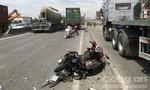 Chạy vào làn ô tô khi đi chơi lễ, cô gái trẻ bị xe container cán tử vong