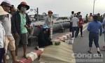 Người thân gào khóc bên thi thể người đàn ông té xe trên cầu